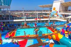 劳德代尔堡,美国- 2018年4月30日, :有儿童` s游泳池的上甲板在巡航划线员或船绿洲  免版税库存照片