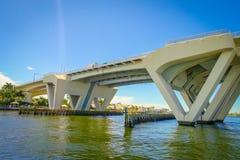 劳德代尔堡,美国- 2017年7月11日:一座被打开的桥梁的好的看法被上升让船在堡垒的港口通过通过 免版税库存图片