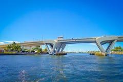 劳德代尔堡,美国- 2017年7月11日:一座被打开的桥梁的好的看法被上升让船在堡垒的港口通过通过 库存图片