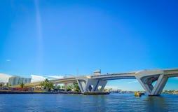 劳德代尔堡,美国- 2017年7月11日:一座被打开的桥梁的好的看法被上升让船在堡垒的港口通过通过 图库摄影