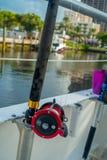 劳德代尔堡,美国- 2017年7月11日:关闭在一条大小船的一根钓鱼竿在水中在劳德代尔堡,佛罗里达 免版税库存照片