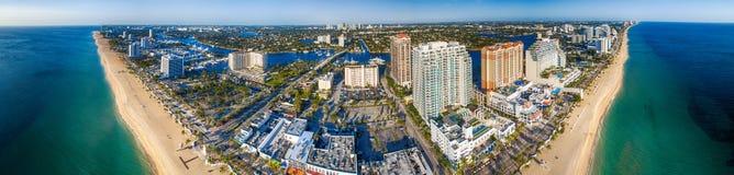 劳德代尔堡在一个晴天,佛罗里达全景鸟瞰图  免版税图库摄影