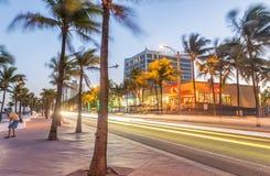 劳德代尔堡在晚上 海滩大道惊人的光  免版税库存图片