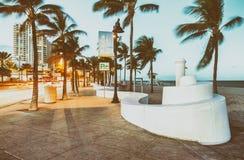 劳德代尔堡在晚上 海滩大道惊人的光  免版税库存照片