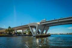 劳德代尔堡,美国- 2017年7月11日:一座被打开的吊桥的好的看法被上升让船在港口通过通过  库存图片