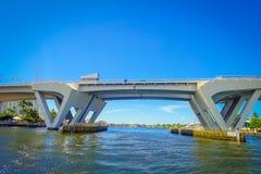 劳德代尔堡,美国- 2017年7月11日:一座被打开的吊桥的好的看法被上升让船在港口通过通过  库存照片