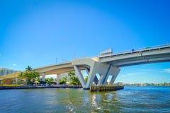 劳德代尔堡,美国- 2017年7月11日:一座被打开的吊桥的好的看法被上升让船在港口通过通过  免版税库存图片