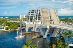 劳德代尔堡,美国- 2017年7月11日:一座被打开的吊桥的鸟瞰图被上升让船在港口通过通过  免版税库存照片