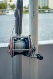 劳德代尔堡,美国- 2017年7月11日:关闭在一条大小船的一根钓鱼竿在水中在劳德代尔堡,佛罗里达 免版税库存图片