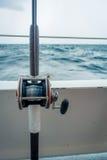 劳德代尔堡,美国- 2017年7月11日:关闭在一条大小船的一根钓鱼竿在水中在劳德代尔堡,佛罗里达 图库摄影