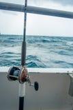 劳德代尔堡,美国- 2017年7月11日:关闭在一条大小船的一根钓鱼竿在水中在劳德代尔堡,佛罗里达 免版税图库摄影