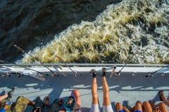 劳德代尔堡,美国- 2017年7月11日:未认出的人鸟瞰图在前面的在一条大小船的钓鱼竿在 库存图片