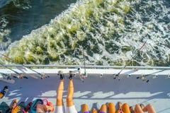 劳德代尔堡,美国- 2017年7月11日:未认出的人鸟瞰图在前面的在一条大小船的钓鱼竿在 免版税库存图片