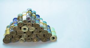 劳斯和捆绑奈拉兑现在金字塔堆的当地货币 免版税图库摄影