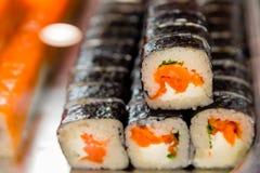 劳斯在窗口里在寿司店 对饭菜外卖点的传统日本食物 有机自然产品 海鲜 服务纤巧 免版税库存图片