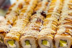 劳斯在窗口里在寿司店 对饭菜外卖点的传统日本食物 有机自然产品 海鲜 服务纤巧 库存照片