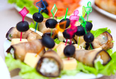 劳斯用乳酪,大蒜充塞了在一张欢乐桌上的橄榄 免版税库存图片