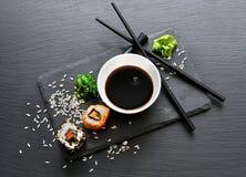 劳斯用调味汁和筷子 免版税图库摄影