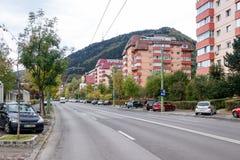 劳方- Bulevardul Muncii大道-在喀尔巴阡山脉的背景在布拉索夫市在罗马尼亚 免版税库存图片