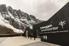 劳马, Romsdalen在挪威- 2017年4月, 19日:Trollveggen与Trollveggen峰顶的访客中心在backgorund的 免版税图库摄影