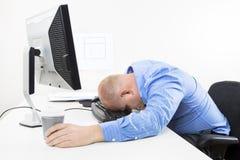 劳累过度的商人在办公室 免版税图库摄影