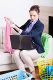 劳累过度的女实业家在家 免版税图库摄影