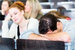劳累过度的学生在学院 库存图片