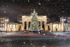 勃兰登堡门在有圣诞树的柏林 库存照片