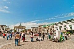 勃兰登堡门的游人在柏林 库存图片