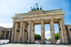 勃兰登堡门纪念碑在城市在晴天 免版税库存图片