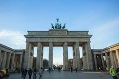 勃兰登堡门(Brandenburger突岩)的看法是非常著名建筑纪念碑在柏林的米特区区的心脏 库存图片