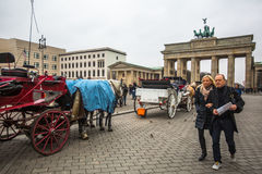 勃兰登堡门(Brandenburger突岩)的看法是非常著名建筑纪念碑在柏林的米特区区的心脏 免版税库存图片