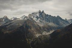 勃朗峰在阴沉的秋天 免版税库存照片