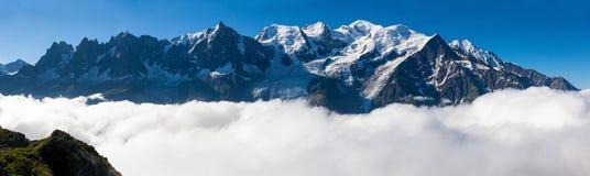 勃朗峰的全景在夏慕尼,法国阿尔卑斯- Fran 免版税库存照片