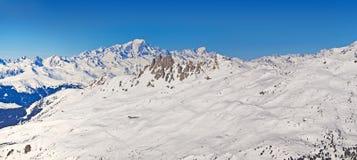 勃朗峰的全景在法国阿尔卑斯 免版税库存照片