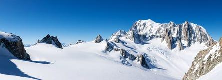 勃朗峰,法国:东部面孔的冬天全景 库存图片