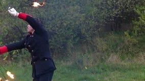 勇敢的人在他自己附近在秋天扭转两个被点燃的爱好者户外在slo mo 影视素材