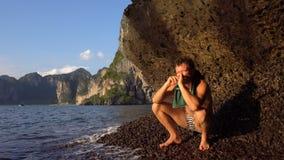 勇敢的冒险主义者人在桥咀洲石灰石洞在Krabi,泰国倾斜赤足演奏Hapr与 股票视频