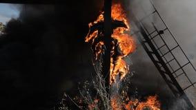 勇敢的消防队员爬上在火的梯子 股票录像