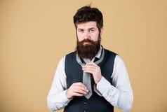 勇敢艺术  如何栓领带 开始以您的衣领和领带在您的脖子上 如何栓简单的结 免版税库存图片