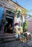 巴勒克埃西尔,土耳其- 2015年5月18日:用花装饰的面包店在老旅游镇, Cunda Alibey海岛, Ayvalik 它是的一个小海岛 库存照片