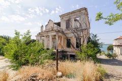 巴勒克埃西尔,土耳其- 2015年5月18日:近一个老废墟希腊样式房子由Cunda Alibey海岛海岸  它是一个小海岛  免版税库存照片