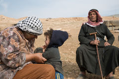 巴勒斯坦家庭在约旦河西岸约旦谷村庄 库存图片