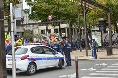 勒芒,法国-双十国庆, 2017年:警察汽车  人们展示在罢工期间反对新的法律 免版税库存图片