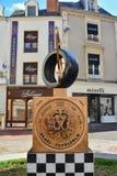 勒芒,法国- 2017年10月08日:与种族象征的纪念碑24个小时勒芒和胜利的手的印象 库存图片