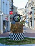 勒芒,法国- 2017年10月08日:与种族象征的纪念碑24个小时勒芒和胜利的手的印象 免版税图库摄影