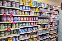 勒芒,法国- 2017年10月12日:人为牛奶品种行一个孩子的超级市场的柜台的 免版税库存图片
