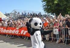 勒芒,法国- 2017年6月16日:作为熊猫衣服打扮的一个人跳舞在赛跑在勒芒的许多飞行员 库存照片