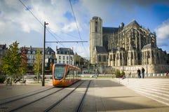 勒芒,法国- 2017年10月08日:圣徒Julien罗马大教堂有橙色电车的在勒芒,法国 免版税库存图片