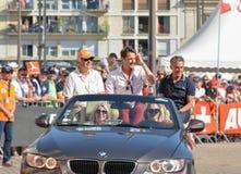 勒芒,法国- 2017年6月16日:杰勒德Holtz法国体育新闻工作者和文森特Cerutti收音主人在飞行员racin游行  免版税库存照片
